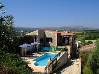 Villa Manolis, private pool, 2.5km from the beach!, Asteri