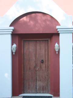 Entrada de villa principal.