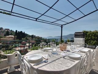Attico shabby e terrazza con vista, Rapallo