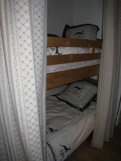 Coin montagne : lits superposés dans une alcôve
