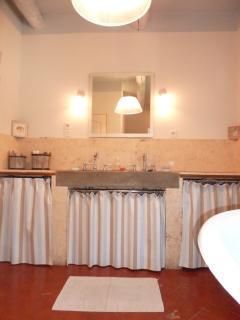 Sdb du 1er étage avec: lavabo 2 vasques, baignoire, wc, vaste douche à l'Italienne
