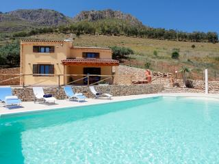 VILLA DELLA MERLA up to 8 people with pool