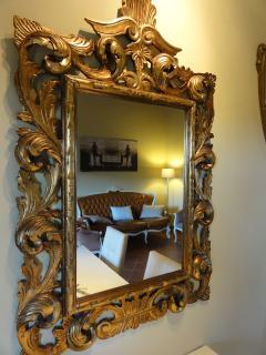 nel soggiorno, preziosi specchi incorniciano i vostri angoli di relax