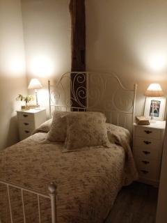 Habitación con cama doble y ambiente muy tranquilo