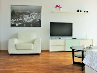 **LUXURY 2 BEDR. APT. W/HOT TUB & FREE PARKING**, Reikiavik