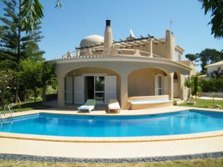 Fantastic 4 bed villa in Vilamoura, free wifi, great garden and pool areas, bbq