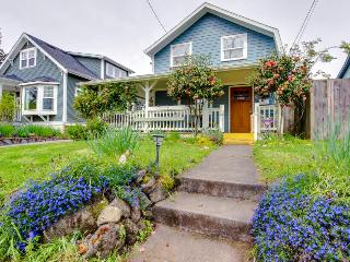 Lovely home near Alberta Street & with a wrap-around porch!, Portland