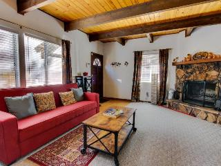 Well-located rustic mountainside home w/private hot tub, two stone fireplaces!, Big Bear City
