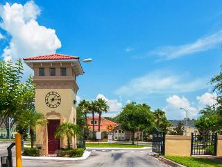 8 miles to Disney; townhome w/ resort amenities & patio, Kissimmee