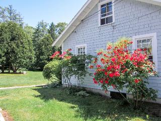 Charming, dog-friendly cottage near aquarium - minutes from Boothbay Harbor!