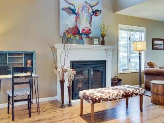 Western-chic, dog-friendly condo near golf & hot springs!