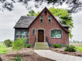 Dog-friendly, historic home w/antiques, near wine tasting!