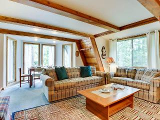 Charming A-frame right near golf, close to Mt. Hood skiing - dogs ok!