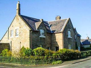 MIDDLE COTTAGE, woodburner, WiFi, pets welcome, close to beach, near Amble, Ref. 917404