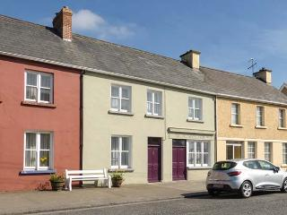 KINCORA, mid-terrace, two electric stoves, patio with furniture, near coast, town amenities short walk away, in Foynes, Ref 923944