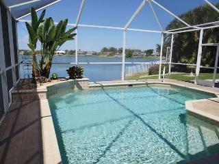 """Villa Lake View"" Heated pool & spa at beautiful Lake Sea breeze, Relaxing, Cape Coral"