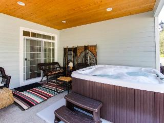Modern, lovely dog-friendly home with private hot tub near the bay, Manzanita