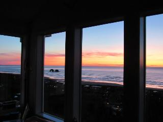 Gorgeous dog-friendly oceanview home w/2 kitchens, game room, wetbar, jetted tub, Rockaway Beach
