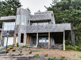 Lovely house with views of the ocean & Haystack Rock, close to beach!, Cannon Beach