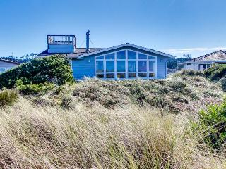 Oceanfront, dog-friendly home just steps from the beach w/ shared pool, Waldport
