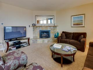 Bright fifth-floor condo with shared pool & beach access, Seaside