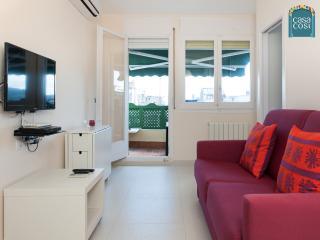 Le salon : TV écran plat et coin repas, canapé lit. Et la terrasse équipée.