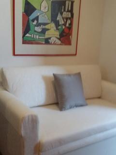 Nuestro sofá-cama permite hospedarse a una tercera persona comodamente.