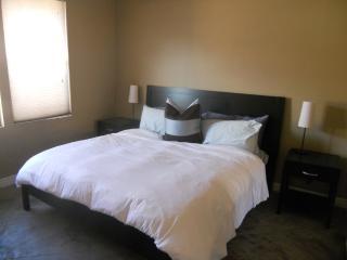 Beautiful 1 Bedroom Condo with Garage!, Scottsdale