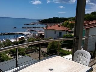 Sea view Tuscan holiday apartment with balcony in Castiglioncello