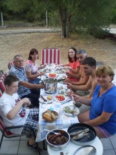Wir essen in Garten