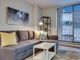 Stylish Seattle flat w/pool & sauna, walk to Pike Place!