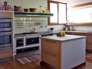 La cucina completamente attrezzata di ogni servizio