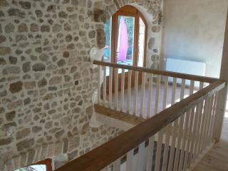 Une batisse en pierre rénovée dans le respect du bâtit avec des matériaux naturels.
