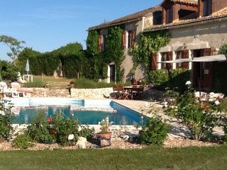 House B&B with large pool garden close to Bergerac