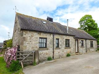 CROFT HOUSE, woodburner, pet-friendly, rural location, pretty views, near Tissington, Ref. 917526
