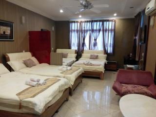 Super Family Suite - 5 Standard Double Beds (6 pax)