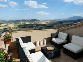 Italian Hilltop Village Retreat with Roof Terrace., Montedinove