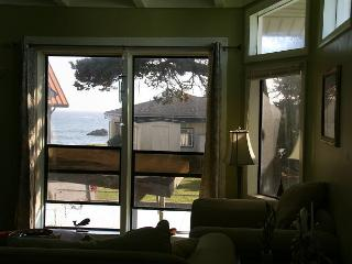 Seaside Family Retreat - 5 Bdrms,Ocean Views & 200 feet to the beach!, Crescent City