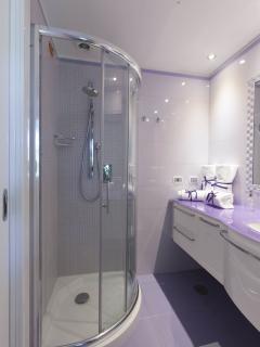 En-suite bathroom of the Lilac room