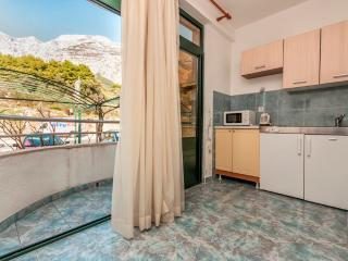 Apartment Poppy 9 for 2 with AC and parking, Makarska
