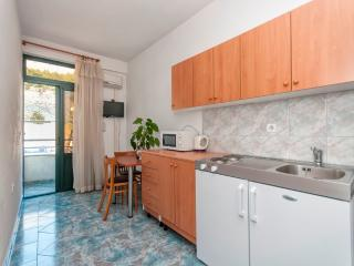 Apartment Poppy 8 for 2 with parking and AC, Makarska