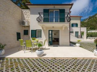 Villa Kogo with a swimming pool, city center, Hvar