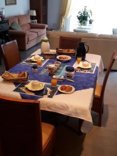 La table, dréssée avec un petit déjeuner, dans la salle de séjour