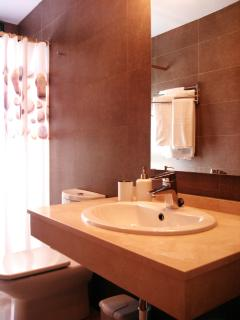Baño de tres piezas con plato de ducha