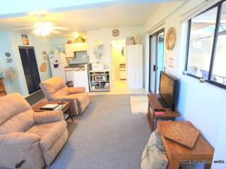 DELUXE STUDIO WALK TO BEACHES FULL KITCHEN & BATH