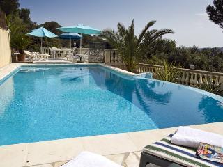 06.699 - Villa with pool i...