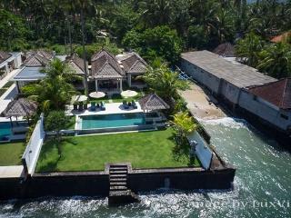 Spectacular 3BR ocean front villa, Candidasa Bali
