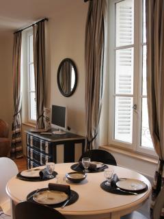 Une table pour 4 avec allonge dans l'espace cuisine ouvert sur le salon