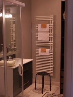 Salle d'eau avec sèche-serviettes