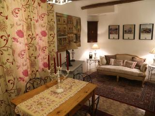 Charming old town apartment in centre of the town, L'Isle-sur-la-Sorgue